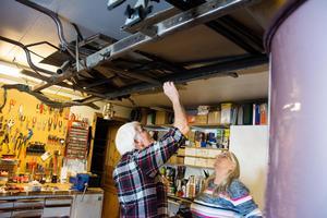 I Peter  och Gun-Marie Nilssons garage hänger det även delar av en T-Ford i taket.