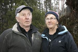 Hans och Marianne Johansson blickar ut över förödelsen som stormen Alfrida lämnat efter sig. – Chocken har inte lagt sig än, det dröjer nog ett tag, säger de.