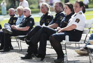 Poliser vid minnesstunden för offren i flygolyckan i Örebro.