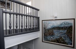 I trapphuset hänger bland annat en tjusig målning som hängt med huset i många, många år.
