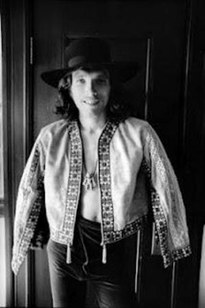 Den unge blivande rockstjärnan Jorma Kaukonen var född i Washington DC, men flyttade till västkusten och Kalifornien för att gå på college. Där blev han också rekryterad till bandet Jefferson Airplane.