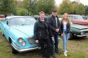 Stig Berglund, Kjell Stenberg och Wilma Stenberg, framför Kjells Chrysler Newport från 1961. Kjells barnbarn Wilma berättar att hon gärna åker med när morfar kör fram vrålåket.