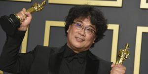 """Bong Joon Ho efter att ha fått fyra Oscars för sin film """"Parasite"""". Här poserar han under Oscarsgalan 2020 i Los Angeles. Foto: Jordan Strauss/TT"""