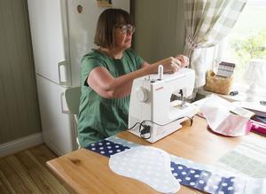 Lena Harrtell Stockhaus arbetar mycket med hantverk och återbruk. Hemma i Skåne har hon en butik och hon brukar också ställa ut under Färilaveckan. Här syr hon prickiga cykelsadelöverdrag.