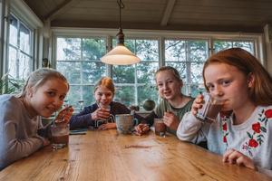 I barnpanelen ingick tolvåringarna Olivia, William, Molly och Vera. Barnpanelen och expertpanelen blindtestade chokladpulvren med både varm och kall mjölk.Bild: Ola Jacobsen
