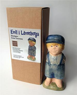 """Lisa Larsons Emilfigurer är värdefulla. Just denna, den första figuren i tillverkningen, auktionerades ut på Tradera till förmån för SOS Barnbyars bygge av """"Bullerbyn"""" i Atakpamé i Togo. Den såldes för 22 222 kronor.Bild: Tradera"""