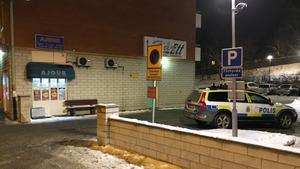 På fredagskvällen rånades butiken på Storgatan av kniv- och pistolbeväpnade gärningsmän.