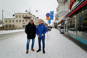 Henrik Wigge och Daniel Erlandsson är två av de tolv som sitter i handelsföreningen Hedemora Handlingskrafts styrelse. Trots Happy Homes och Modettes konkurs menar de att handeln i Hedemora fortfarande mår bra.