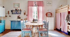 Köket är lantligt med gamla trägolv.  Foto: Fastighetsbyrån