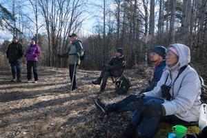I mitten står Mats Jansson, som var med som pojke när hö kördes ut med häst till en lada ganska nära Svinhammar och han fick trampa ihop höet inne i ladan. Nu har Mats satt ut en massa fågelholkar i området. Foto: Lars Hägglund.