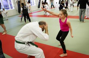 Hedda Tanghöj, nio år från Frösön, följde med sin kusin när Östersunds Budo Kai bjöd in till familjedag.
