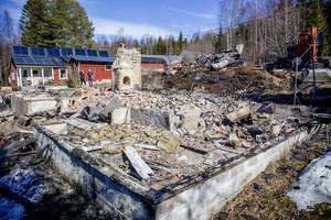 Bara murstocken och grunden är kvar av familjen hus.