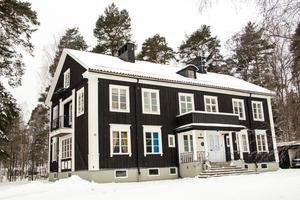 Skogstomta i Hofors har genomgått en förvandling och är numera, för första gången i husets historia, en privatbostad. Fasaden har målats om och fått en ny mörk färg.