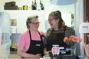 Linda Håkansson och Ida Rissanen skrattar mycket på jobbet, tillsammans med de övriga tre i personalen.