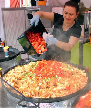 Paulina Chlopas lagar chlopski,en polsk bondgryta med bland annat potatis, korv, kyckling, kål och paprika. Det räcker till ett 60-tal portioner.