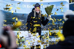 19-åriga Frida Karlsson togs emot av hundratals besökare, media och guldregn när hon hyllades under onsdagen på Orrtorget i Sollefteå.