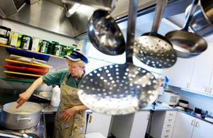"""Istället för nedläggning vill Viola Granath se en utökning av kökets kapacitet i Lövberga. """"Vi har ju servicehus här i lokalerna och jag skulle utan problem kunnat laga till 20 personer till. Jag behöver bara lite större kastruller""""."""