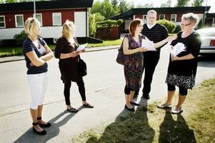 Kunskapsnämndens ordförande Ann-Catrin Brockman, längst till höger, tog emot protestlistorna som överlämnades av föräldrarepresentanterna Wenche Johansen, Nanna Härkönen, Anneli Hellstrand och Johan Berg.