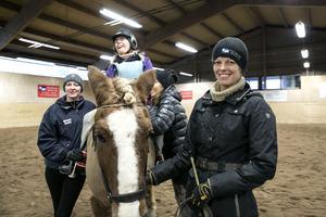 Hedemorabygdens ridklubb anordnade dressyrtävling för ryttare med funktionsnedsättning. Karin Björk, ridlärare i klubben brinner för hästar och att ge alla en möjlighet att få sitta på hästrygg.