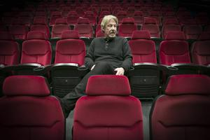 – Det är en kärlekshistoria utanpå allt. Backman skriver i boken att för Oves generation handlade det om att hitta någon att älska och sedan hoppas att det gick sönder så mycket saker som möjligt längs vägen så det fanns något att göra, säger Rolf Lassgård med ett skratt - här på Filmstaden Gävle.