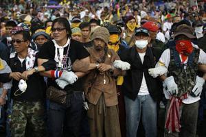 Protesterande thailändare bildar mänskliga kedjor i Bangkok. Revolten mot regeringen verkar tillta och vart det barkar är förstås omöjligt att spekulera i för dagen.