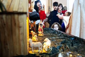 Flera barn medverkade med att bära fram de figurer som hör till julkrubban.