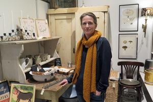 """Haide Essebrink har handlat gamla möbler utomlands och sedan renoverat och sålt möblerna i sin butik på Storgatan. """"Det har varit roligt att blanda gamla och nya föremål"""", säger hon."""