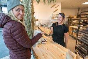"""Sandra Huss från Odensala hade ledig dag från Ica Kvantums bakeoffavdelning och förklarade leende att hon gjorde """"en liten konkurrensanalys"""" när hon köpte en bit äppelpaj av Lisa Koivula. """"Det var kul att det äntligen kom hit ett fik"""", sa Sandra."""