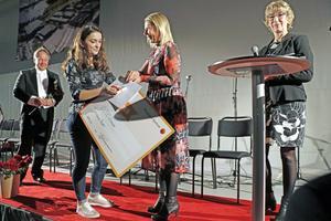 Arbana Brati, naturvetenskapsprogrammet, tar emot sitt stipendium av Cecilia Jeffner, vd på Bergslagens Sparbank. På bilden också gymnasiechef Staffan Hörnberg samt Kerstin Åkerstedt från Sparbanksstiftelsen.