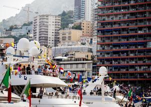 Många väljer att följa racingen via sina lyxbåtar i hamnen.