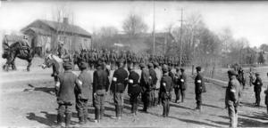 Vit skyddskår tittar på på tyska trupper i Koski. Bröderna Gardberg kom senare till Finland och deltog i striderna även på fastlandet mot de röda.Foto: Krigsmuseet.