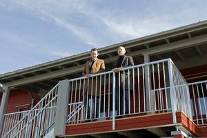 Jesper Brandberg (L), ordförande i fastighetsnämnden och Daniel Ahlqvist, VD på EA Fastigheter invigde det  första hyreshuset i Gäddeholm.