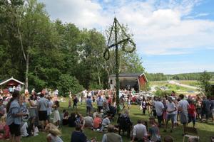 Det var folkfest runt stången. Foto: Max Möllerfält