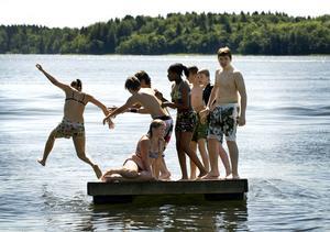 Foto: Claudio Bresciani / TT/SCANPIX    Kollobarn leker från en badflotte på ett sommarkollo på Barnens ö utanför Stockholm.