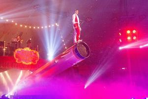 Kvällens huvudattraktion var den mänskliga kanonkulan, som flög över en del av publiken och landade på en jättelik luftmadrass vid entrén.