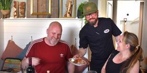 Krögarna Sandra och Per Grann Wahlgren serveras ett urval av delikatesser av sin kökmästare Björn Törngren.