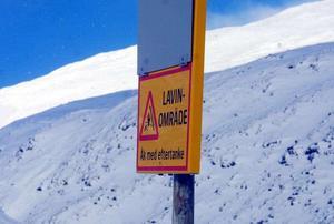 Naturvårdsverket varnar för stor lavinfara i brant terräng.