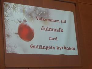 Välkommen till julmusik med Gullängets kyrkokör visades upp på kyrkväggen. Foto: Kjell Larsson