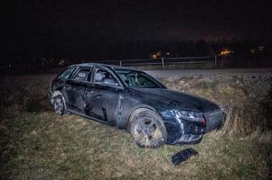 Polisjakten tog slut i ett dike efter att vägbanan blockerades av en timmerbil på tvärsen. Foto: Niklas Hagman