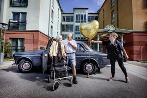 Dubbla överraskningar för Rut Lindmark. Sonen Göran Lindmark har dagen till ära kört fram familjens veteranbil