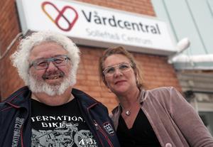 Bo Abrahamsson, verksamhetschefen på vårdcentralen hade en måndaslön på 42 000 kr, enligt SVT:s uppgifter.