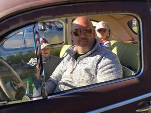 Mattias Nyström tog en kvällstur  från Djurås i sin lilla bubbla från -58 med sönerna Frans, 6 år, Måns, 4 år och Lukas, 2 år. – Jag har ätit hamburgare, berättar Frans. Den var jääättegod!