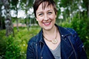 Alexandra Loonin har växt upp i både Prästmon och Sundsvall. Hon är en av tre textförfattare till föreställningen och albumet Sång till välfärden.