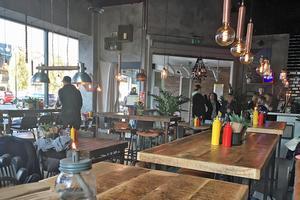 Rustika bord och industriell stil.