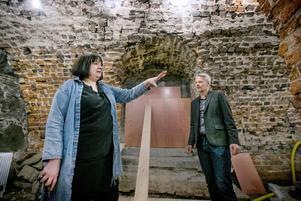 Projektledare Johanna Bjelkengren och turiststrateg Björn Fransson visar runt i källarlokalerna i Slottets nordvästra hörn.