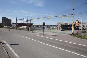 """Om några år stängs järnvägsövergången vid ABB. Cyklister och gående som vill ned till Väsmanstranden får då antingen välja nya bron på Kajvägen eller Tunnelgatan upp till """"ABB-skrapan"""" och därifrån använda en ny cykelväg."""