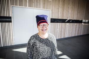 Katarina Pirak Sikku är konstnären som står bakom de nya konstverken på Mittuniversitetets campus i Östersund. Bakom henne syns ett av verken, som mäter 26 meter.