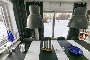 """Matrummet har ett öppningsbart glasparti. Utanför i snön kan man se poolen som byggdes ifjol. """"Den är rätt populär bland barnbarnen. Vi behöver inte åka långt bort för att ha fina dagar. Jag kan njuta här hemma"""", säger Lena Bäck."""