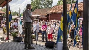 Besökarna reste sig när det var dags att sjunga nationalsången.