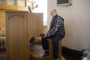 När Kenneth Engmalm trycker på några knappar på orgeln börjar den spela psalm 200, I denna ljuva sommartid.
